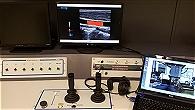 Bedienkonsole zur Steuerung des Roboters mit Ultraschalldarstellung eines Gefäßes auf dem Bildschirm.