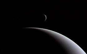 Dieses Foto stammt von Voyager 2. Es zeigt Neptun und seinen Mond Triton. Bild: NASA