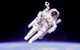 Vor vielen Jahren hat die NASA einen Rucksack mit Düsen entwickelt – der inzwischen aber nicht mehr verwendet wird. Damit konnten sich Astronauten tatsächlich vom Raumschiff entfernen. Bild: NASA