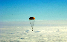 Eine Sojus-Landekapsel gleitet am Fallschirm zur Erde zurück. Bild: ESA, CNES