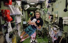 Eine Astronautin trinkt per Strohhalm. Bild: ESA, CNES