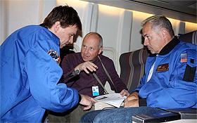 Wolfgang Vieser (links) und Jörg Trebs (rechts) mit dem Wissenschaftler Jochen Eislöffel.