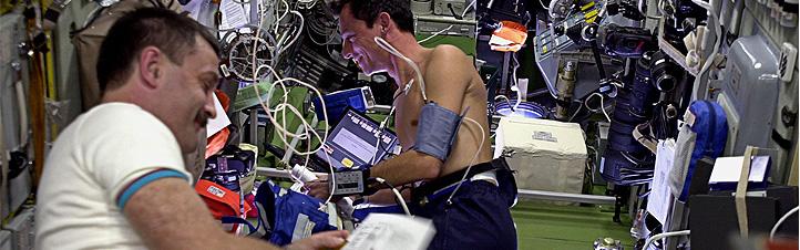 Astronauten bei der Durchführung wissenschaftlicher Experimente. Für die Versuche gelten ganz besondere Bedingungen. Bild: NASA, ESA