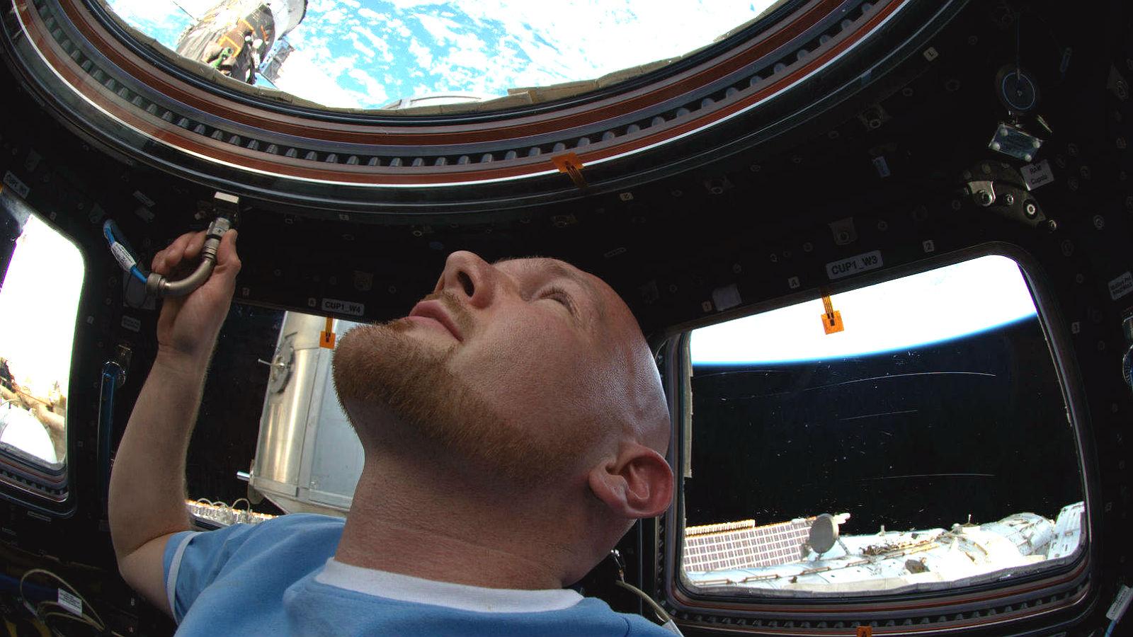 Alexander Gerst bei seinem ersten Aufenthalt an Bord der ISS. Eindrucksvoll hat er den faszinierenden Blick auf die Erde beschrieben, der aber oft auch die Umweltprobleme auf unserem Planeten zeigt. Bild: NASA/ESA