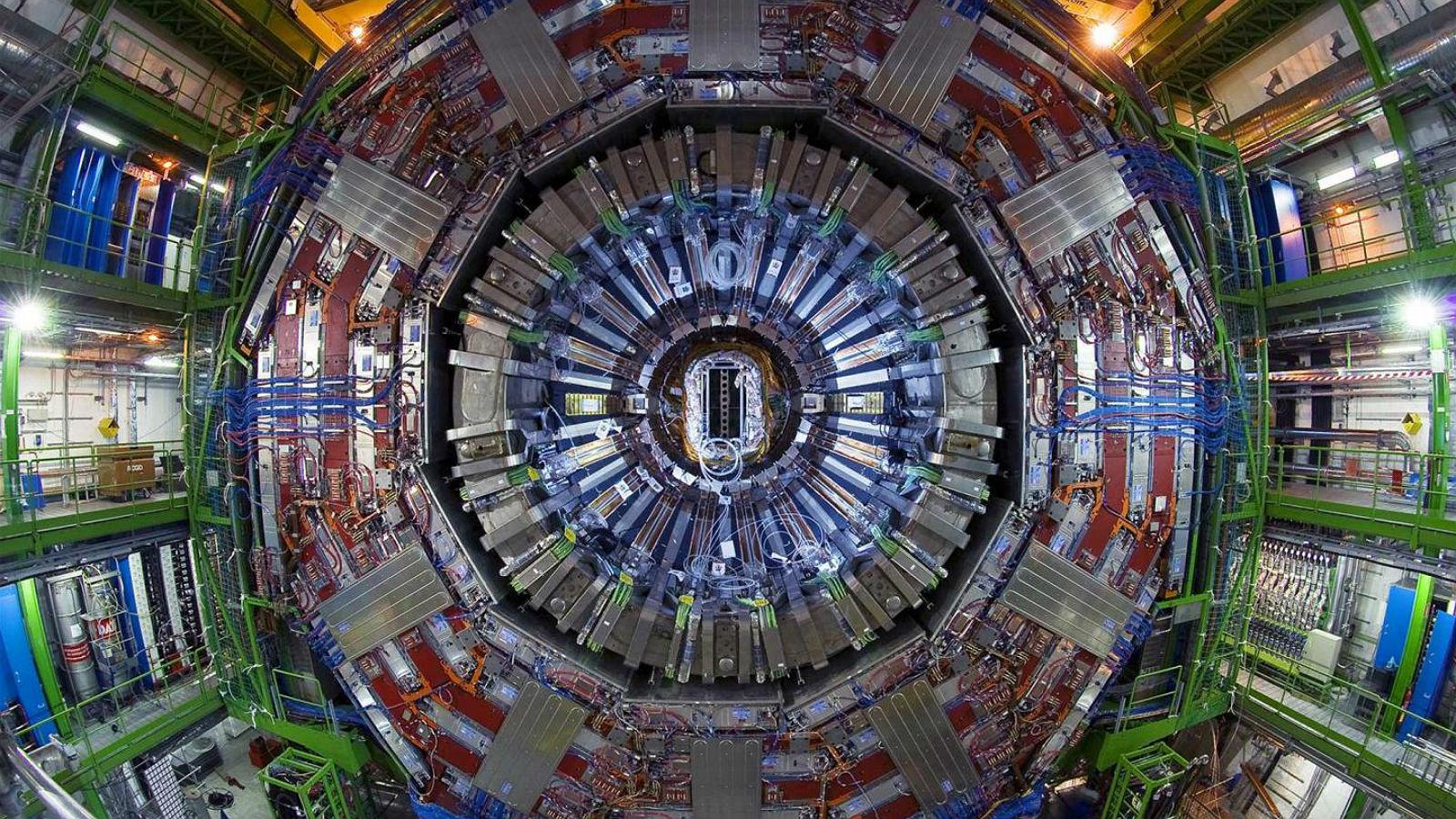 """Ein gewaltiger Detektor im CERN. In der Anlage werden Teilchen auf annähernd Lichtgeschwindigkeit beschleunigt und dann zur Kollision gebracht, was mit diesen Detektoren beobachtet wird. Die """"Zusammenstöße"""" geben Aufschluss über weitere Partikel wie etwa das berühmte Higgs-Teilchen. Bild: Maximilien Brice/CERN"""