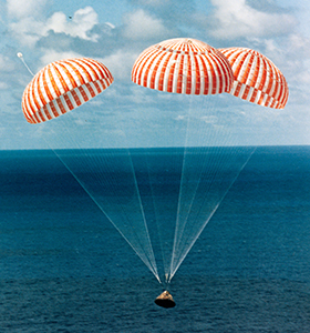 Eine Apollo-Kapsel kurz vor der Landung im Wasser. Bild: NASA