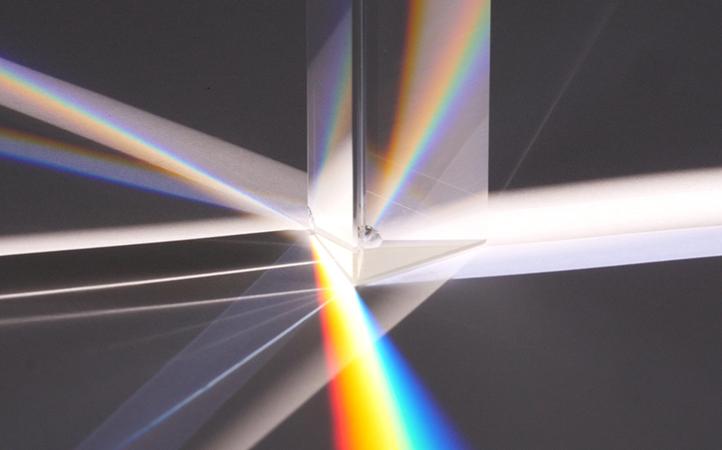 Das Glasprisma macht das Geheimnis sichtbar: Sonnenlicht ist eigentlich bunt.