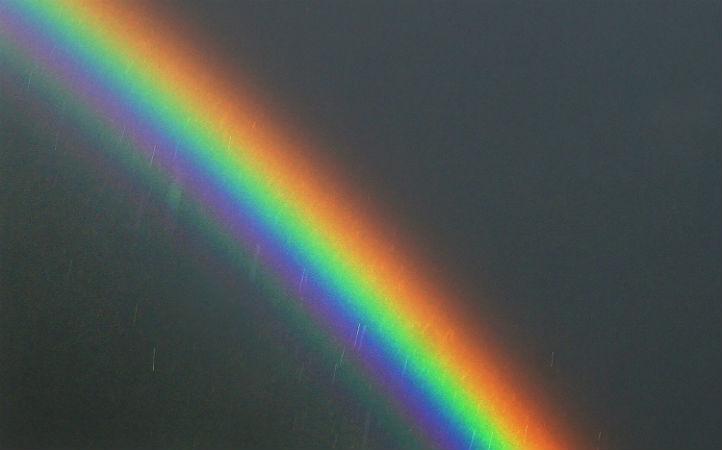 Ein Regenbogen entsteht, wenn die Sonne scheint und wenn es gleichzeitig regnet.