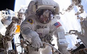 Eine Astronautin beim Spacewalk. Bild: NASA