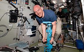 Auch in Schwerelosigkeit müssen sich Astronauten wie hier Alexander Gerst fit halten! Bild: NASA/ESA