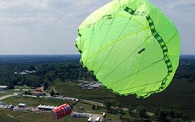 """Ein CanSat gleitet nach dem Raketenstart am Fallschirm durch die Luft. Das Foto zeigt: Der Satellit darf nur so klein wie eine Dose (englisch: """"can"""") sein. Bild: CanSat Nederland"""