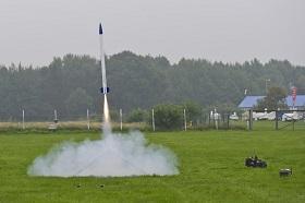 """Diese Rakete bringt in Sekundenschnelle zwei """"Dosen-Satelliten"""" auf eine Höhe von ca. 1.000 Meter. Bild: DLR"""