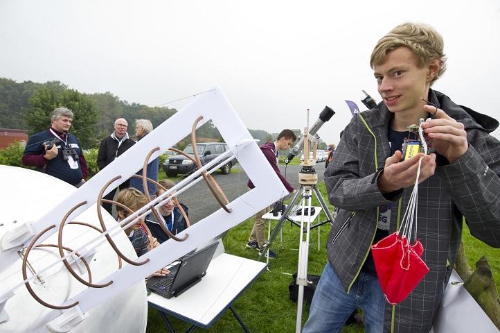 """Einer der Finalisten des letzten Jahres. Links die Bodenstation, mit der die Daten des """"Dosen-Satelliten"""" empfangen werden. Bild: DLR"""