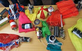 """Hier ist """"Ingenieurskunst"""" gefragt: CanSat-Module mit Fallschirmen zur weichen Landung. Bild: ESA"""