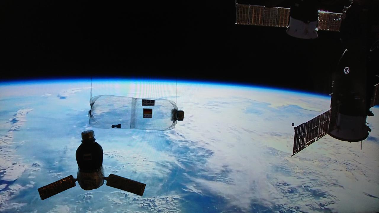 """Die Flaschen-Raumstation Marke Eigenbau zeigt mit einfachsten Mitteln, warum Astronauten in der ISS schwerelos sind. Wirft man die durchsichtige """"ISS"""" in die Höhe, schwebt das Spielzeugfigürchen, das man hier unten in der Flasche liegend erkennt.  Modell und Foto: Nadine Maaß"""