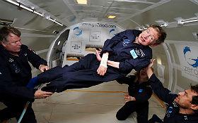 Stephen Hawking – eigentlich an den Rollstuhl gefesselt – hier bei einem Parabelflug im Jahr 2007. Bild: Jim Campbell, Aero-News Network (NASA)