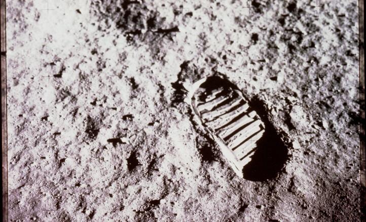 Das berühmte Foto vom Stiefelabdruck auf dem Mond. Bei unserer Mitmach-Aktion könnt ihr symbolisch auf der Spur der Apollo-Astronauten den nächsten Schritt bei der Erforschung des Mondes machen. Bild: NASA