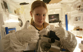 Eine Schülerin im nachgebauten ISS-Modul. Bild:  Relli Space Club