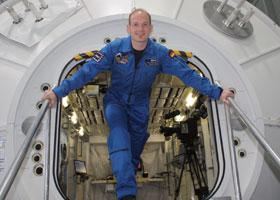 Alexander Gerst am Simulator des europäischen Raumlabors Columbus, das zur ISS gehört. Bild: ESA