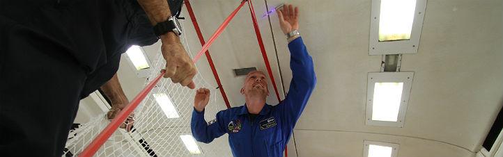 Alexander Gerst mit einem Leuchtkuli von DLR_next beim Parabelflug. Bild: Jörg Adam, DLR