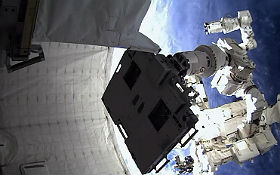 """Die """"Augen"""" des Columbus-Moduls. Bild: NASA, DLR, Uni Bonn"""