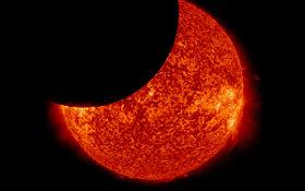 Wenn sich der Mond aus unserer Sicht vor die Sonne schiebt, kommt es zu einer Sonnenfinsternis. Bild: SDO