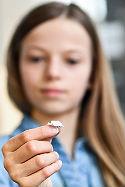 Eine zehnjährige Schülerin hat den Mini-Papierflieger gefaltet, der in der Zeitkapsel mit ins All fliegen wird.