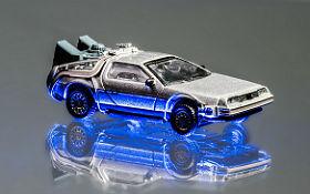 Ein Spielzeugauto ist ebenfalls in der Kapsel – und zwar ein kleiner DeLorean.