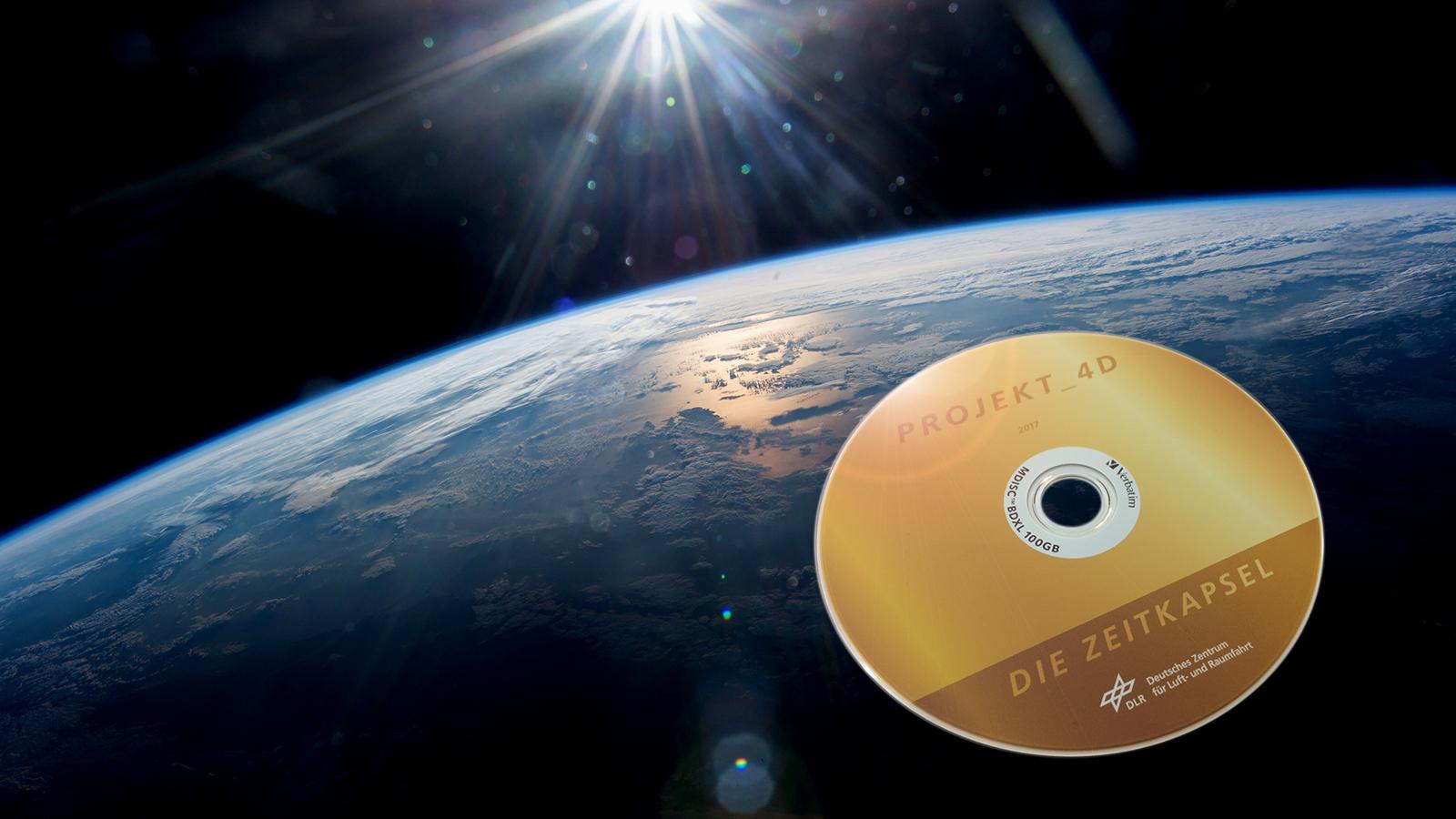 """Auf dieser speziellen CD – einer sogenannten M-Disc im Blu-ray-Format – wurden alle Einsendungen der insgesamt 8000 Schülerinnen und Schüler gespeichert. Alle diese Wünsche für die Zukunft fliegen mit Alexander Gerst viele Male um die Erde. Dann treten sie eine lange """"Reise in die Zukunft"""" an. Bild: DLR, NASA"""