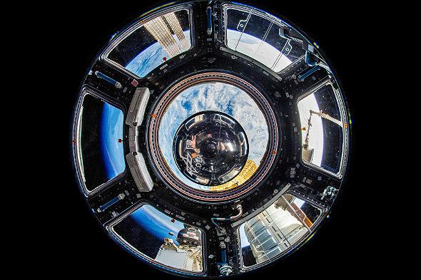 Am 5. Juli 2018 hat uns dieses Foto erreicht: die Zeitkapsel an Bord der ISS! Alex  hat es im Cupola-Modul aufgenommen, das viele Fenster hat – mit der Erde im Hintergrund. Und er selbst spiegelt sich bei genauem Hinsehen auch in der Metallkugel. Bild: ESA/DLR CC-BY 3.0