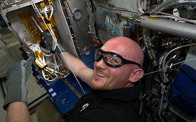 Alex baut die EML-Anlage ein. Bild: NASA, ESA