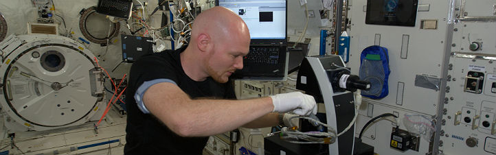 Alex bei einem Experiment im japanischen ISS-Modul Kibo. Bild: NASA, ESA