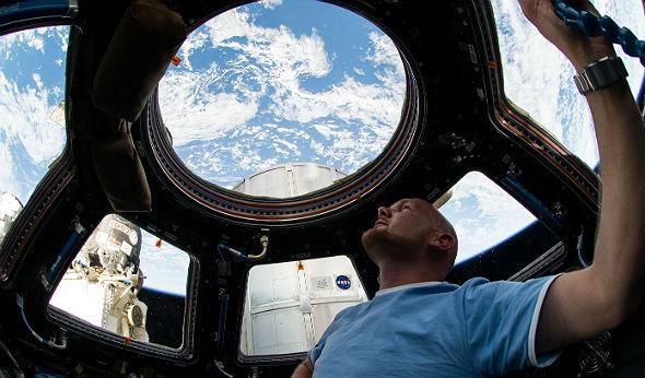 Wenn Alex Zeit hat, genießt er den Blick auf die Erde. Das ISS-Modul Cupola ist dafür der richtige Ort: Diese Aussichtsplattform hat viele Fenster. Bild: ESA, NASA