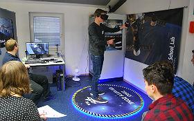"""Ein Schüler beim """"Spacewalk"""". Der virtuelle Ausflug im All steht in mehreren Schülerlaboren des DLR auf dem Programm – hier ein Bild aus Braunschweig). Bild: DLR"""