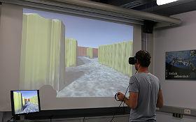 """In der virtuellen Realität durch ein Labyrinth aus Lego-Steinen laufen, das man in der """"echten"""" Realität vorher selbst gebaut hat: faszinierendes Experiment zum Thema Digitalisierung im DLR_School_Lab Berlin. Bild: DLR"""
