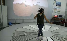 Das Holodeck im DLR_School_Lab RWTH Aachen: Hier können Schülerinnen und Schüler virtuell über den Mars laufen. Bild: RWTH Aachen