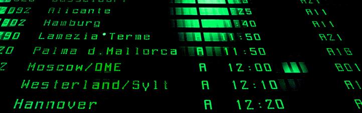 Anzeigetafel am Flughafen: Tausende von Flügen starten und landen täglich. Bild: K.-A.