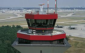"""Die Fluglotsen im Tower helfen, den """"Staffellauf"""" der Flugzeuge reibungslos zu organisieren. Bild: Fraport"""