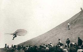 Otto Lilienthal bei einem seiner Flüge. <BR>Bild: Archiv Otto-Lilienthal-Museum