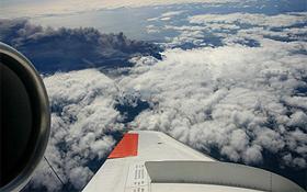 Das DLR-Forschungsflugzeug Falcon bei einem Messflug über dem isländischen Vulkan. Bild: DLR