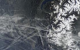 Das Foto wurde von Astronauten aufgenommen und zeigt Kondensstreifen im Südosten Frankreichs. Bild: NASA