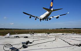 """Bei diesen Lärmmessungen geht es darum, die Schallquellen an den Triebwerken, Fahrwerken und Landeklappen zu erkennen. Hier fliegt gerade ein Flugzeug über die vielen Mikrofone, die am Boden liegen und die eine sogenannte """"akustische Kamera"""" bilden. Bild: DLR"""