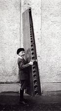 Bereits im Jahr 1927 waren Flugzeug-Leitwerke schon so leicht, dass sie von einem Kind getragen werden konnten.<BR>Bild: Archiv GBSL
