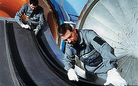 Hier wird eine Rumpfschale aus kohlefaserverstärktem Kunststoff – CFK – hergestellt. Bild: DLR
