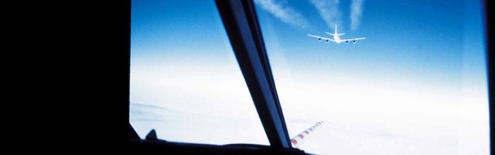 Um zu messen, welche Abgase beim Fliegen entstehen, verfolgt hier ein DLR-Forschungsflugzeug eine andere Maschine. So wird der Abgasstrahl untersucht. Bild: DLR