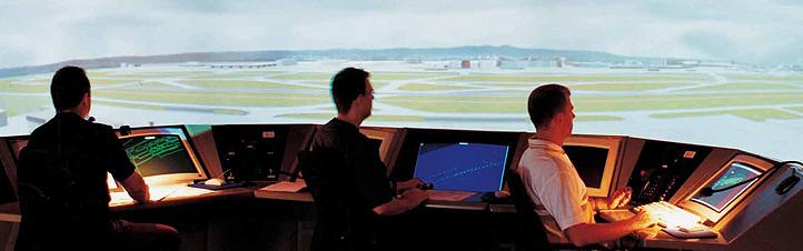 """Fluglotsen testen neue Hilfssysteme im """"virtuellen Tower"""". Bild: DLR"""