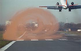 Um die lästigen Wirbel zu erforschen, wurde hier ein DLR-Forschungsflugzeug eingesetzt. Farbpartikel machen die sonst unsichtbare Wirbelschleppe hier sichtbar. Bild: DLR