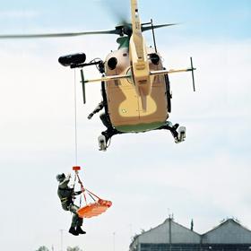 Hier sieht man deutlich, wie der Hubschrauber durch das zusätzliche Gewicht der Außenlast zur Seite geneigt wird. <BR>Bild: Eurocopter