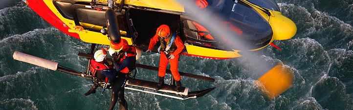 Bei diesem Rettungseinsatz wird ein Verletzter mit der Seilwinde an Bord geholt. Bild: Eurocopter
