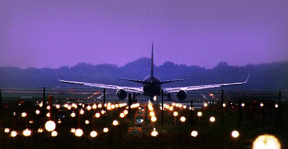 Bevor ein Flieger abhebt, wird die Flugroute berechnet. Experten sind sicher: Durch neue Instrumente und Verfahren kann man die Flugzeiten vom Start bis zum Ziel noch verkürzen und dadurch Treibstoff sparen. Bild: K.-A.